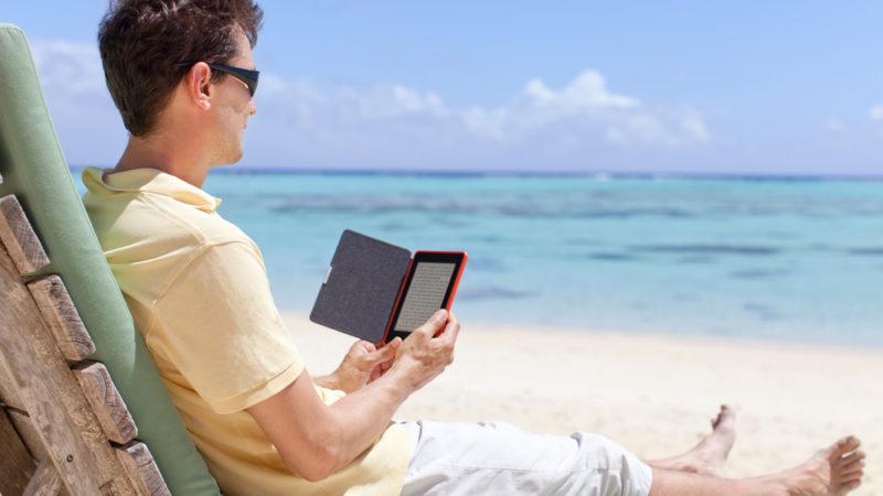 Đọc e-Reader trên bãi biển