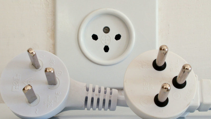 """Israeli-type-H-plugs-and-socket"" by fr:Utilisateur:Kiddo - Photo taken by fr:Utilisateur:Kiddo on behalf of fr:Utilisateur:FF7Sephiroth.. Licensed under Public Domain via Wikimedia Commons."