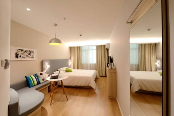 Modern Hotel Room with Queen Bed